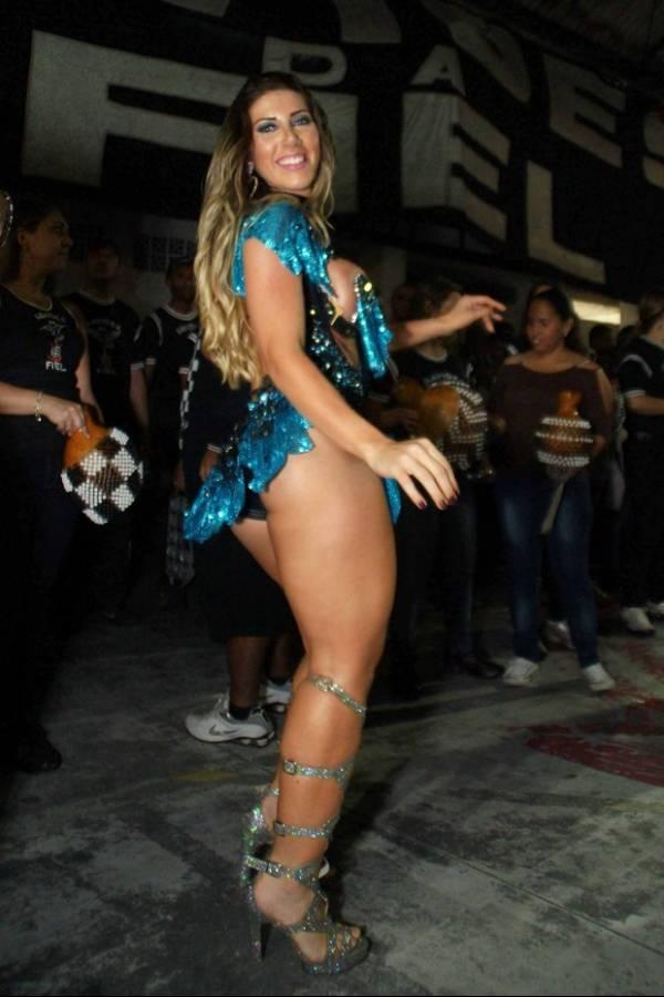 Tati Minerato usa look ousado em dia de samba na quadra da Gaviões