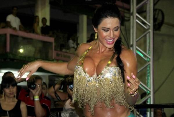 Decote quase trai Gracyanne Barbosa durante noite de festa