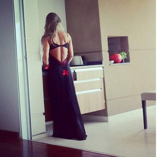 Mayra Cardi usa camisola sexy para dormir e posta foto em rede social