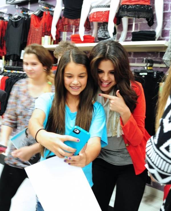 Após término com Justin Bieber, Selena Gomez aparece sorridente