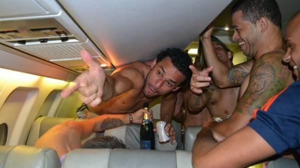 Fluminense faz festa em comemoração ao tetracampeonato depois de pane no avião