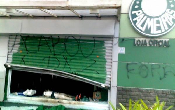 Loja do Palmeiras é arrombada e incendiada após derrota para Flu