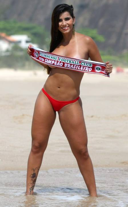 Bianca Leão, musa do Fluminense, cumpre a promessa e tira quase tudo para festejar o título