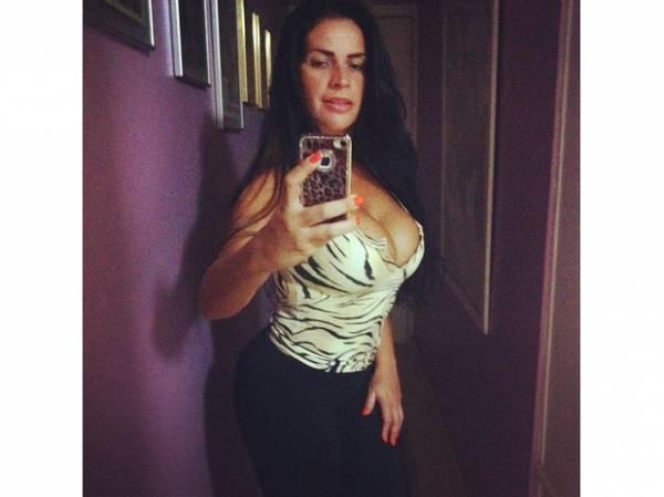 Com decote, Solange Gomes sai para correr e se diz 4 kg mais magra