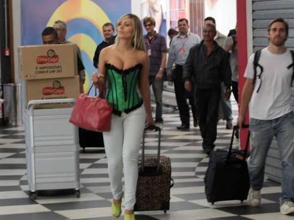 De corpete e calça justa, ex-latinete chama atenção em aeroporto