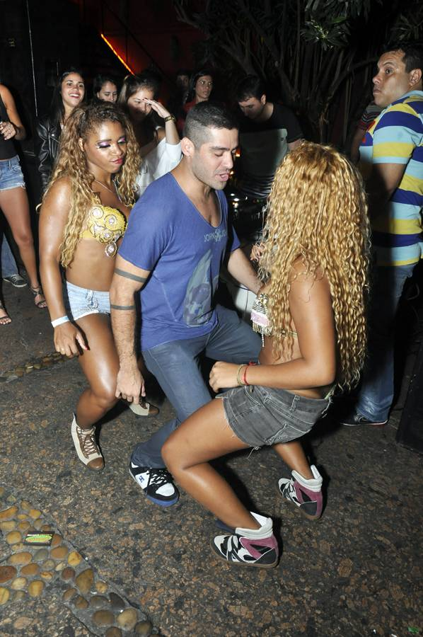 Ex-BBB Yuri dança até o chão com morenas em boate no Rio