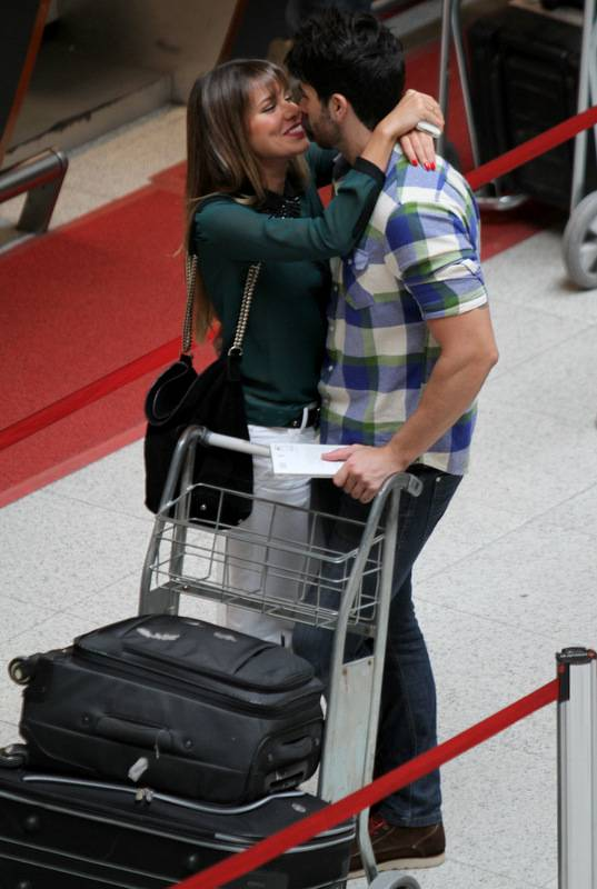 Ex-BBBs Rodrigão e Adriana trocam beijos em aeroporto
