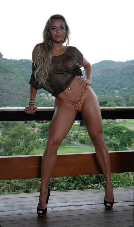 Miss Bumbum posa sexy e provoca Romário: