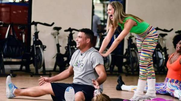 Para acompanhar bailarinas do Faustão, Ronaldo sua camisa