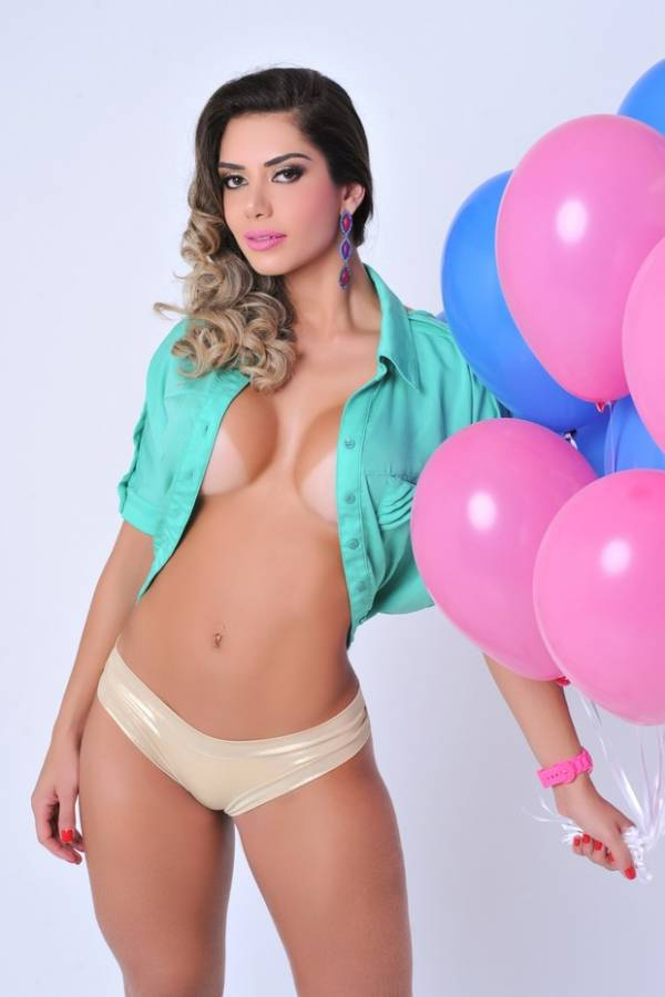 Graciella Carvalho exibe as curvas em ensaio fotográfico
