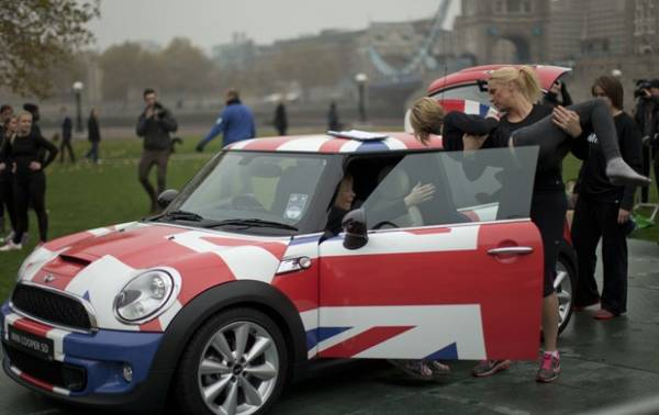 Mini Cooper com 28 mulheres dentro bate recorde