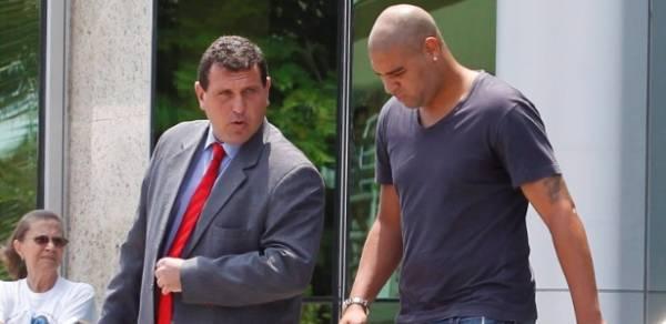 MP denuncia Adriano por lesão corporal no caso de tiro em carro