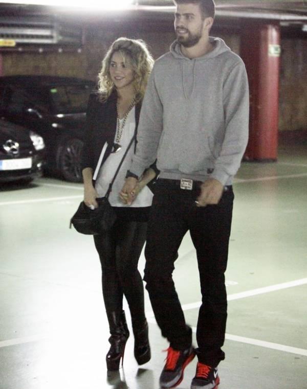 Shakira exibe a barriga  de 6 meses de gravidez em passeio