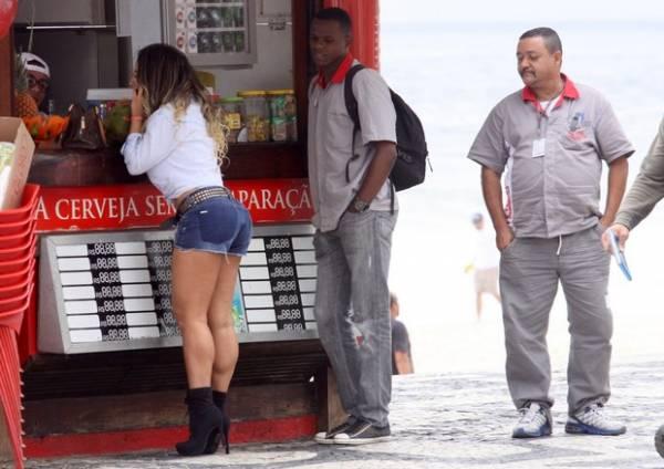 Mulher Melão ganha olhada indiscreta na orla do Rio