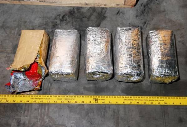 Polícia localiza barco com 1 morto e US$ 120 milhões em cocaína