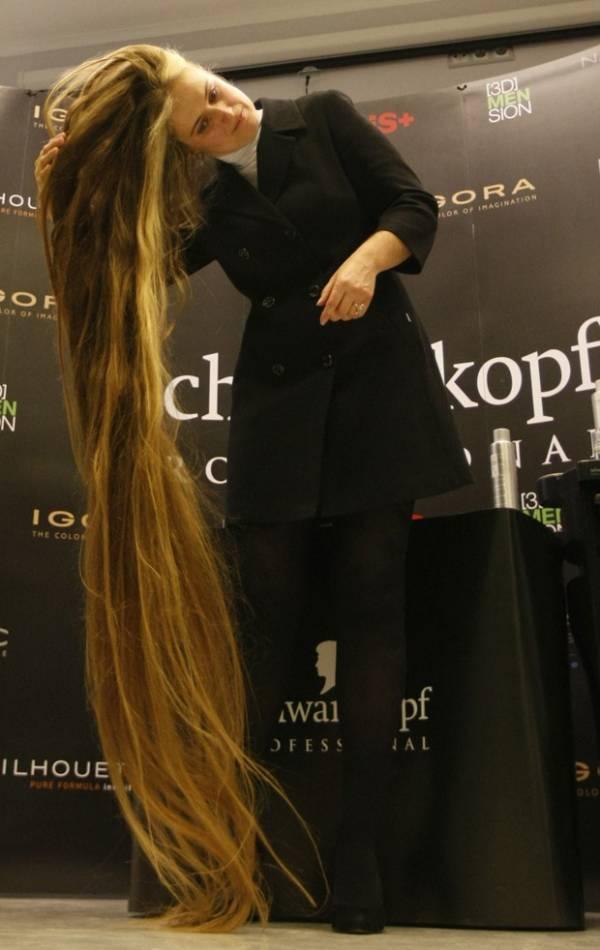 Ucraniana quebra recorde com cabelo de 2,21 m de comprimento