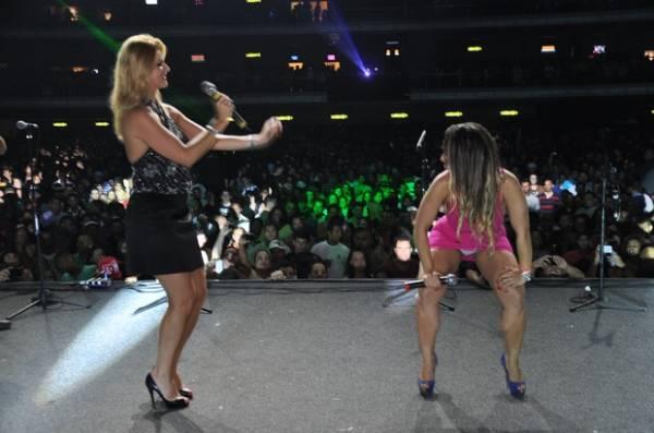 8c79411c0 Mulher Melão mostra demais em dueto de funk com Val Marchiori