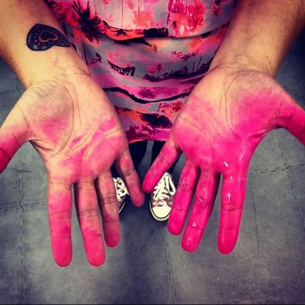 Bruna Marquezine muda visual e faz mechas rosas no cabelo