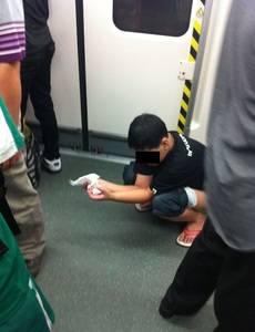 Chinês faz cocô dentro do metrô