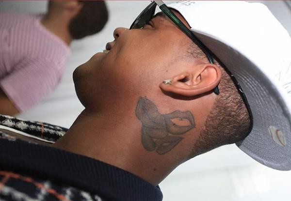 Leo Santana explica tattoo polêmica de beijos no pescoço: