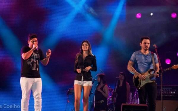 Paula Fernandes deixa namorado na platéia para cantar com Jorge