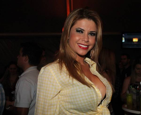 Que calor! Ex-BBB Cacau abusa no decote em evento country