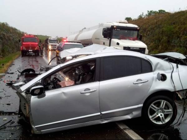 Acidente envolvendo  três carros deixa seis  mortos em estrada