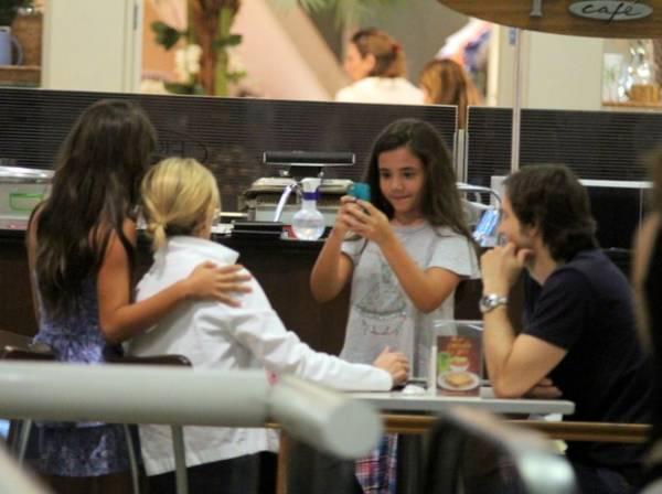 Adriana Esteves beija muito é tietada por fãs mirins; fotos!