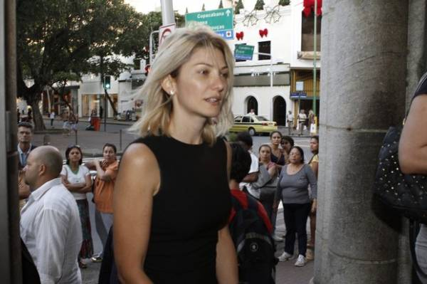 Antônia Fontenelle se emociona em missa de 7 dia de Marcos Paulo