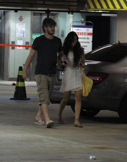 Isis Valverde reata o namoro com produtor Tom Rezende