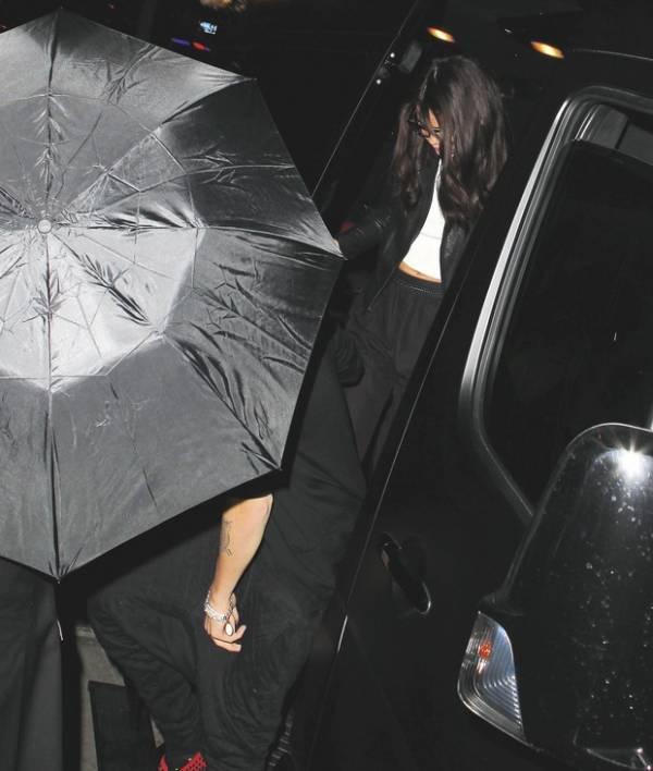 Justin Bieber e Selena Gomez aparecem de mãos dadas