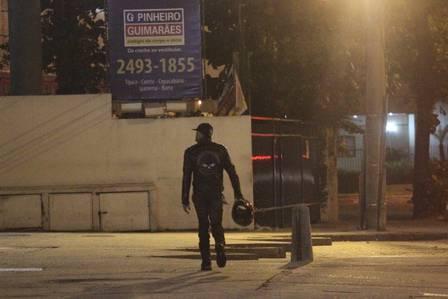 Vencedor do ?BBB?, Marcelo Dourado perde moto em blitz e vai a pé para casa