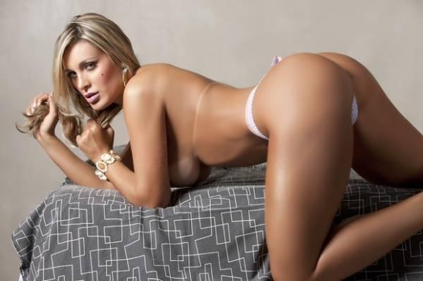 De topless, Andressa Urach posa para novo ensaio sensual