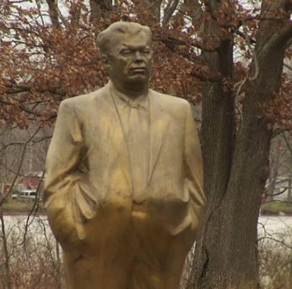 Ex-prefeito americano coloca estátua de si mesmo na entrada de sua casa