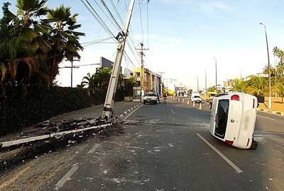 Veículo fica destruído em batida contra poste