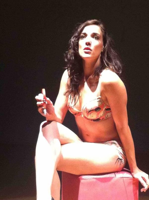 Adriana Birolli fica apenas de lingerie em peça e exibe boa forma