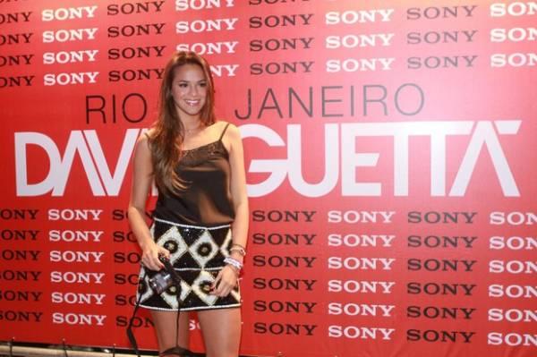 Marquezine nega affair com Neymar após ser vista de aliança