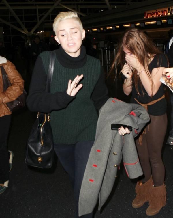 Miley Cyrus ignora fã histérica em aeroporto