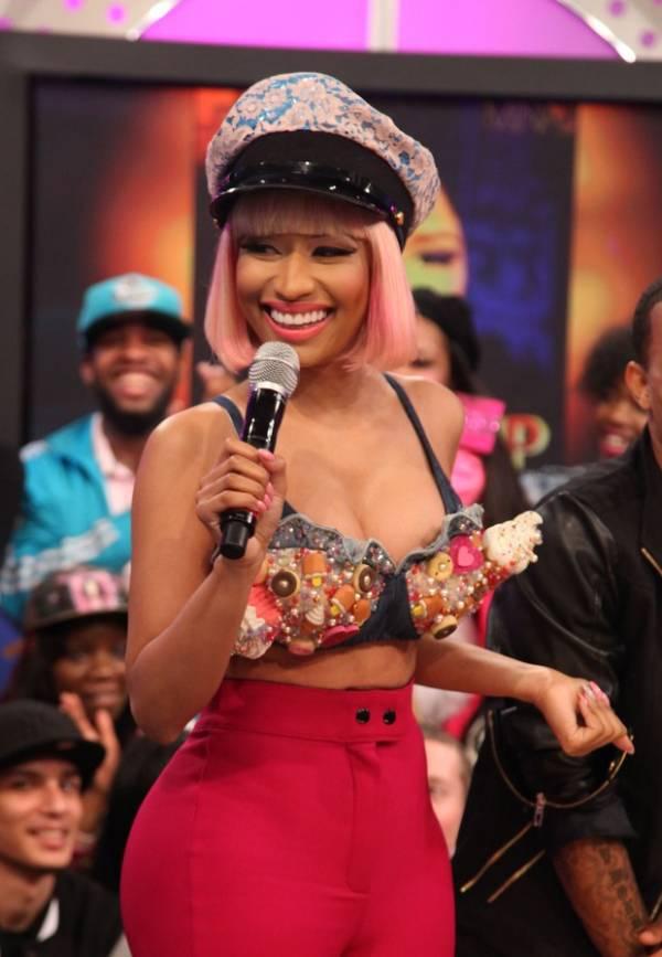 Nicki Minaj é traída pela roupa e mostra demais na TV americana