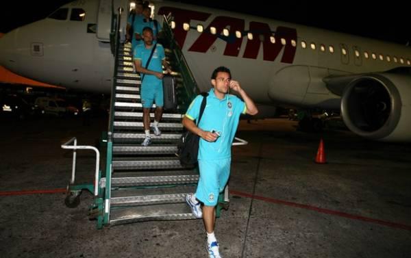 Em dia de protestos em Buenos Aires, Seleção desembarca para final