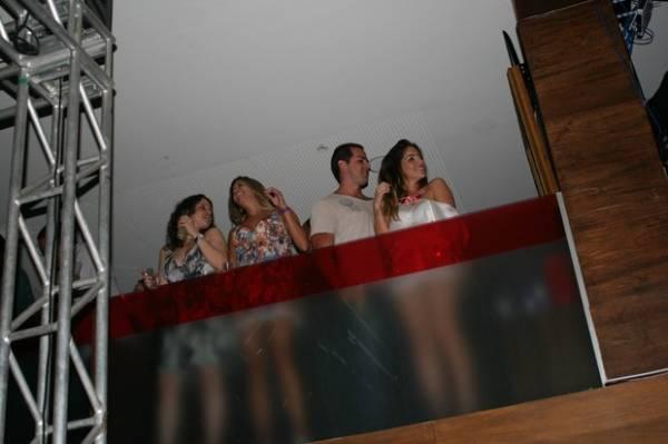 Ex-BBB Anamara beija moreno em show com mais famosos