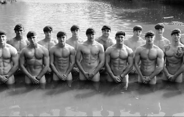 Fuzileiros britânicos tiram a roupa e lançam calendário sexy