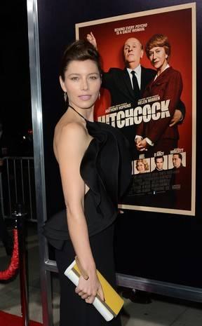 Jessica Biel usa vestido de gosto duvidoso em première