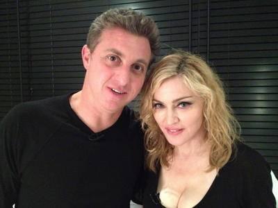 Luciano Huck entrevista Madonna no chão do banheiro em Miami