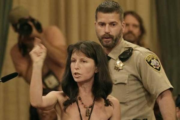 Mulher protesta nua contra proibição da nudez pública em cidade dos EUA
