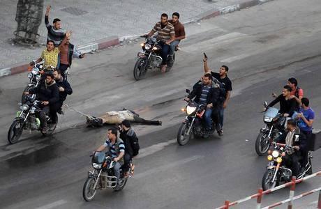 Palestino acusado de colaborar com Israel é morto e arrastado por ruas de Gaza