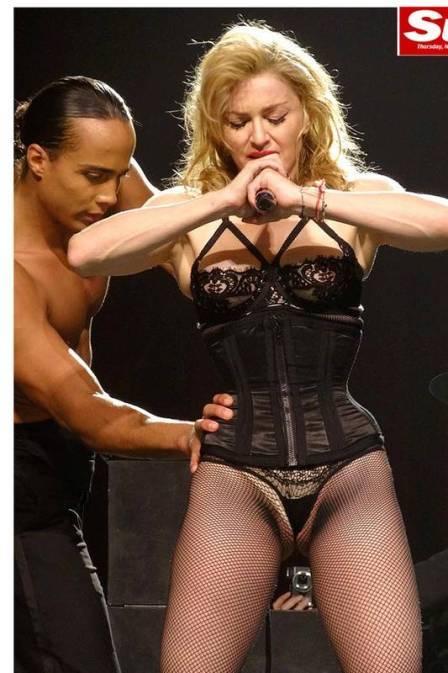 Madonna usa calcinha cavada e mostra virilha em show de turnê