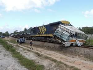 Maquinista de trem buzina, mas ônibus passa e é arrastado por 100m