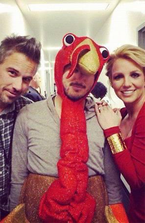 Britney Spears posa com homem vestido de peru em bastidores de reality show