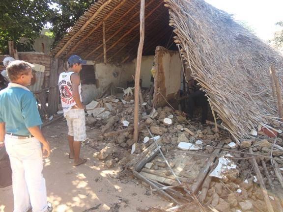Casa é demolida na madrugada no momento em que os moradores se encontravam dormindo